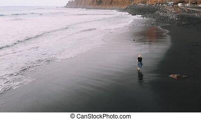 plage, femme, aérien, habillé, sommet, cinematic, volcanique, noir, promenades, long, vue., fashionably, girl