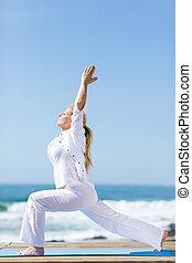plage, femme aînée, yoga, exercice