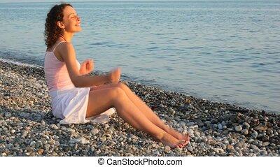 plage, femme, mer, séance, ob, jeune, fond, amusement, caillou, a, heureux