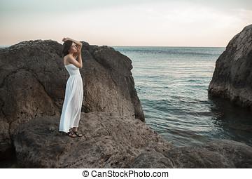 plage, femme, ouvrir bras, délassant
