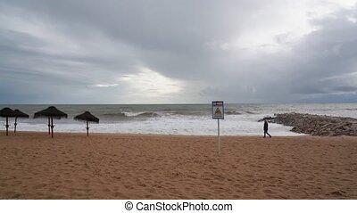 plage, femme, pendant, marche, portugais, orage, sand., long