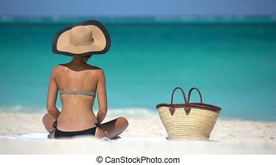 plage, femme relâche, bikini, chapeau, bronzage, sexy