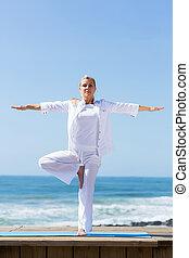 plage, femme, yoga, mûrir