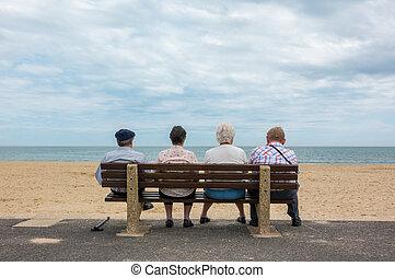 plage, gens, vieux, séance, banc, quatre, personne agee