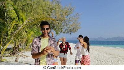 plage, groupe, bavarder, gens, danse, téléphone portable, hispanique, ligne, utilisation, type, homme, intelligent, femmes