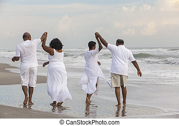 plage, hommes, femmes heureuses, américain, couples, africaine, personne agee
