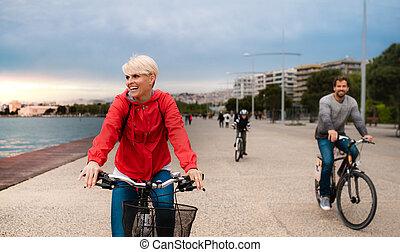 plage., jeune, équitation, dehors, bicycles, famille