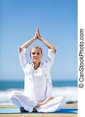 plage, méditer, femme aînée, yoga