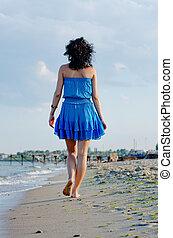 plage, marche, femme, pieds nue