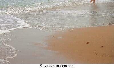 plage, marche, pieds nue, homme