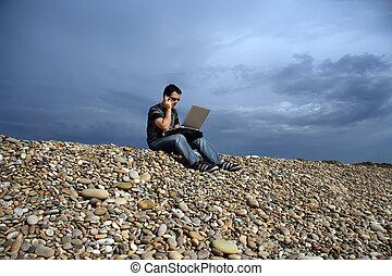 plage, ordinateur portable, homme