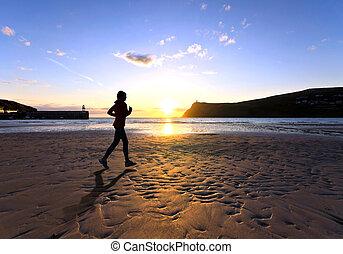 plage, pendant, courant, femme, coucher soleil