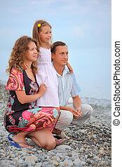plage, peu, famille, regarder, girl, loin, pierreux, heureux