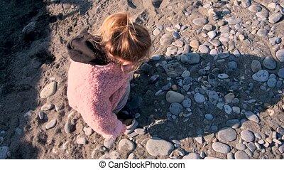 plage, pierres, petite fille, veste, sable, jeux
