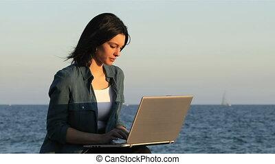plage, portable utilisation, femme, coucher soleil