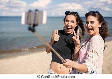 plage, prendre, deux, femme, amis, selfie, heureux