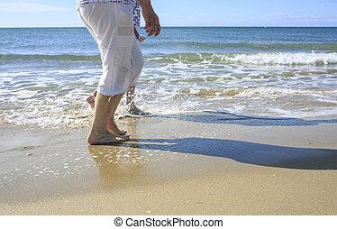 plage, prendre, promenade, vieux gens
