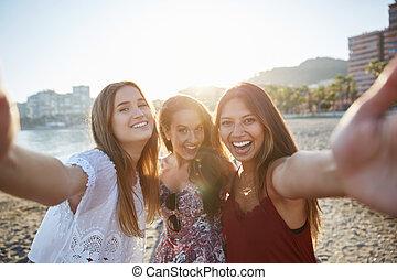 plage, prendre, trois, femme, amis, selfie, heureux