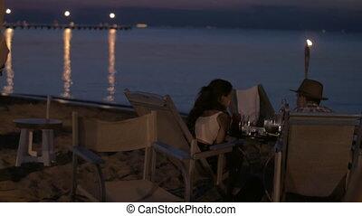 plage, romantique coupler, jeune, dîner, grèce, heureux, avoir, vue