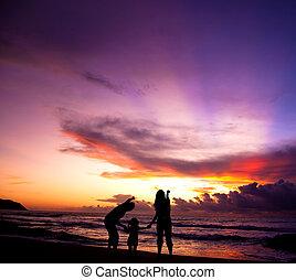 plage, silhouette, levers de soleil, famille, regarder