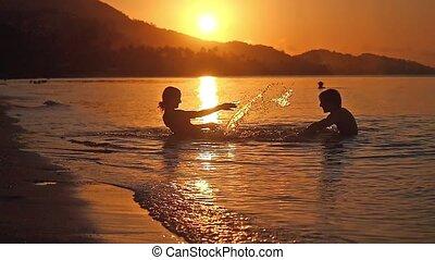 plage., sur, motion., vacances, irrigation, lent, coucher soleil, mer, couple, heureux