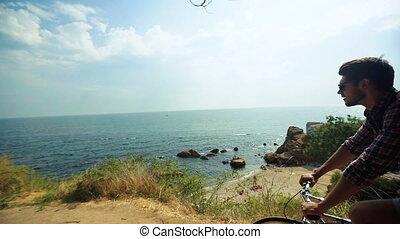 plage., vélo, jeune, musculaire, regarder, sien, mer, actif, équitation, pierreux, homme