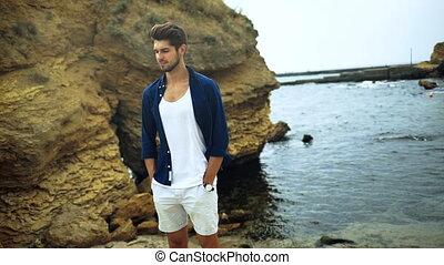 plage., vêtements, jeune, venteux, poser, élégant, homme souriant, beau
