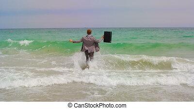 plage, vue mer, arrière, homme affaires, caucasien, ...