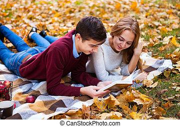 plaid, couple, jeune, automne, lit, livre, mensonge, park.