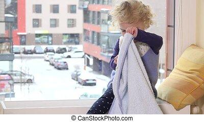 plaid, couverture, espiègle, fenêtre, enfant, devant, enfantqui commence à marcher