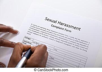 plainte, formulaire, stylo, main, remplissage, humain, harcèlement, sexuel