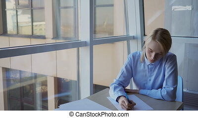 plainte, lettre, écrit, jeune, client, femme, portrait, bank...