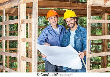 plan, confiant, ouvriers, site construction
