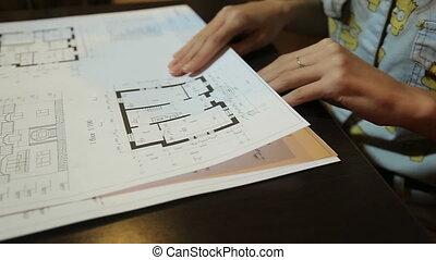 plan, femme, premises., chooses, jeune, dispositions, architecte, dessins, feuilles