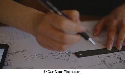 plan, gros plan, plans, fonctionnement, entrer, données, compas, jeune, tablette, architecte, séduisant, femme, bureau, utilisation, électronique