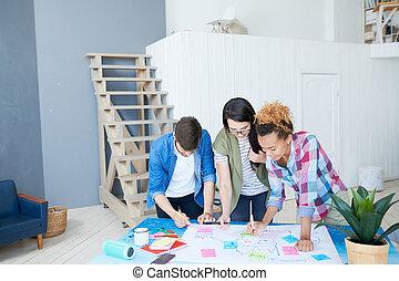 plan planistyczny, młody, biurowe ludzie