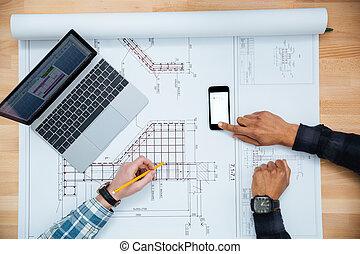plan, pracujący, ruchomy, laptop, mężczyźni, dwa, telefon, używając