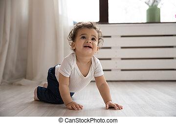 plancher bois, portrait, ramper, girl, américain, mignon, africaine, enfantqui commence à marcher