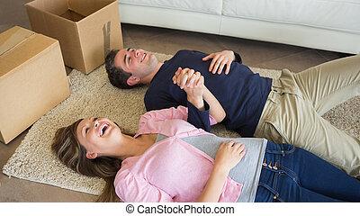 plancher, couple, boîtes, en mouvement, rire, mensonge