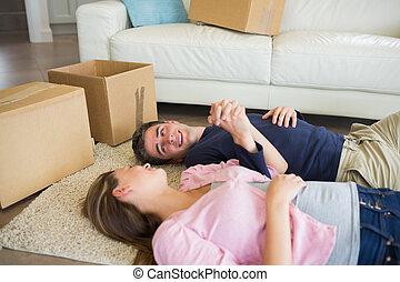 plancher, couple, leur, boîtes, en mouvement, mensonge