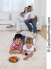 plancher, enfants, salle séjour, télévision regardant, heureux