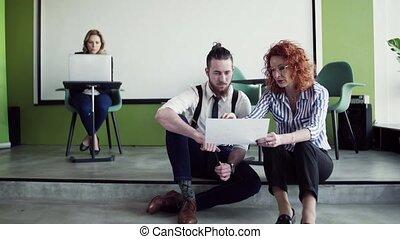 plancher, jeune, business, parler., bureau, gens, groupe, séance