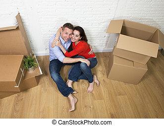 plancher, maison, couple, séance, célébrer, américain, en mouvement, baisers, nouveau, heureux