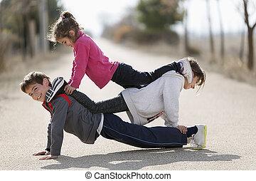 plancher, sommet, trois, autre, acrobatics., chaque, enfants, mensonge