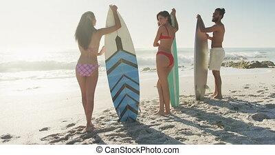 planches surf, amis, derrière, leur, tenue, mer