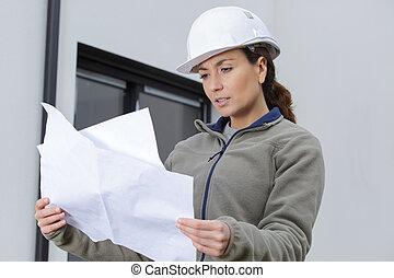 planer, arbetare, se, kvinnlig, glad, kraftfull