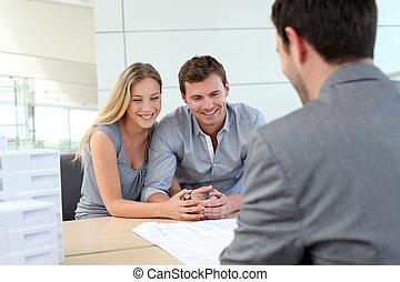 planificador, inmobiliario, pareja, agencia, hablar, construcción