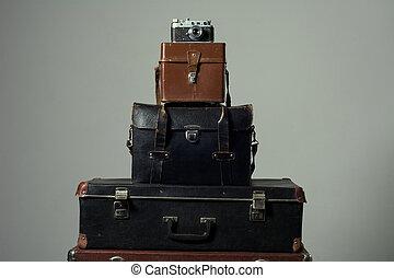 plano de fondo, pila, de, viejo, andrajoso, maleta, con, un, cámara, en, bag.