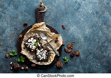 plano, postre, nueces, brownie, chocolate, espacio, plano de fondo, sobre, colocar, directamente, oscuridad, copia, pastel