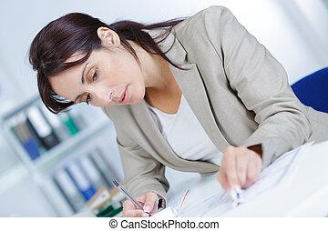 planos, oficina, arquitecto, hembra, escritorio, retrato